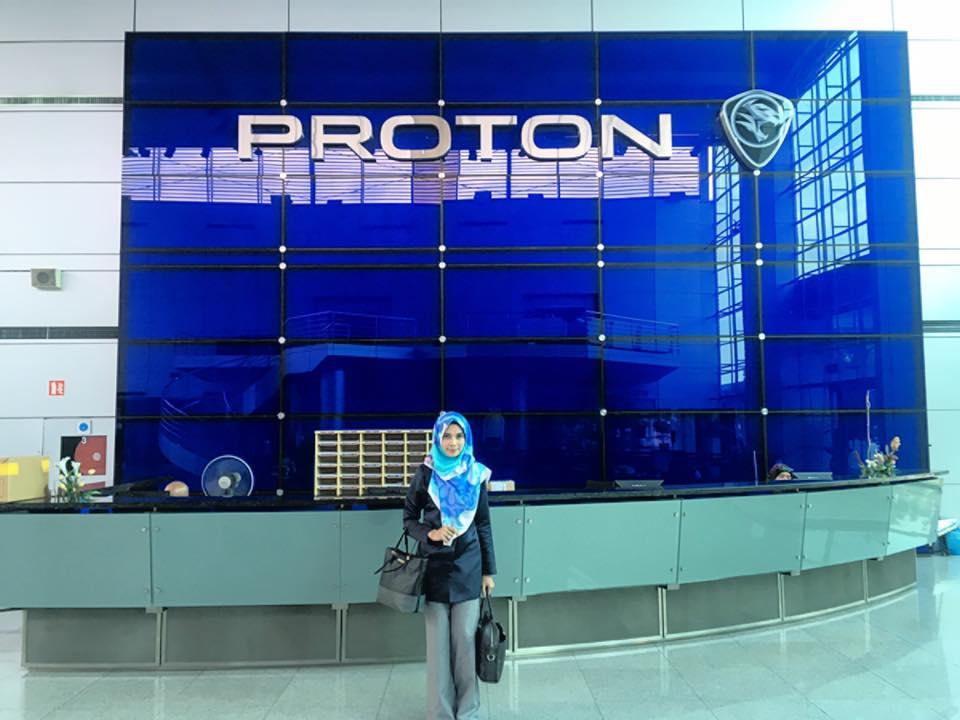Puan Raihan di lobi Auditorium 2 Proton Shah Alam